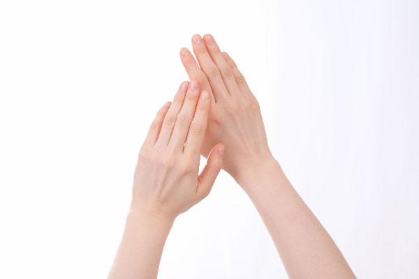 手のしわが伸びる!効果的にハンドマッサージを行う7つのコツ