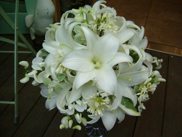 百合の花言葉に注目、ウェディングブーケに使う際の注意点