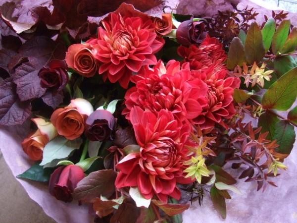 秋の花をシックに☆お祝いギフトに添える花束アレンジ
